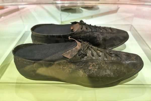 Ces crampons de foot sont les plus vieux de l'exposition. Ils datent du début du XXe siècle.