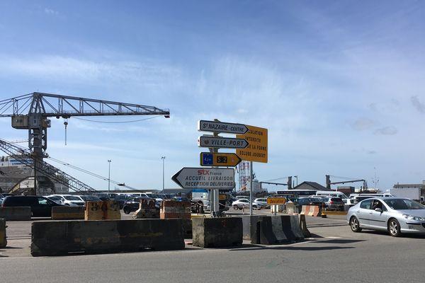 Bémol : le chantier sur les ouvrages portuaires est signalé, mais au milieu d'autres panneaux en bordure de rond point : personne ne le lit et nombre d'automobilistes s'engagent jusqu'à la forme Joubert où un autre panneau '' route barrée'' leur fait faire demi-tour