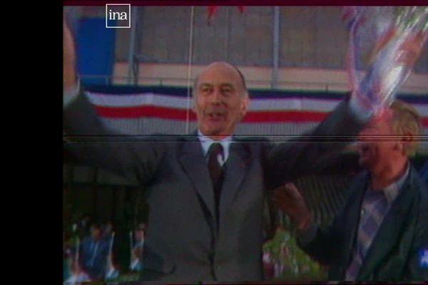 Le président Valéry GIscard d'Estaing rejoingant la tribune, pour son discours de campagne à Dijon, le 27 avril 1981 (archives)
