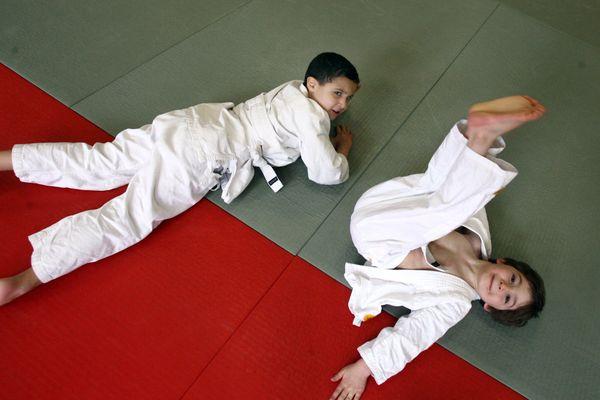 """Le calvados a perdu 1200 licenciés """"judokas"""" entre novembre 2019 et novembre 2020 : les clubs redoutent une fuite des licenciés. Difficile de maintenir le lien pendant le confinement avec les plus jeunes. Puisqu'ils vont à l'école, pourront-ils reprendre bientôt leur activité sportive ?"""