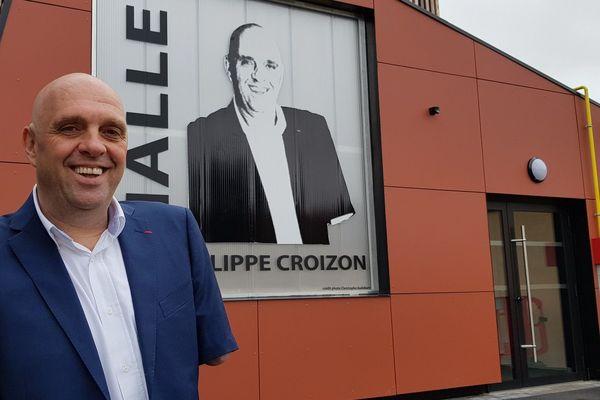 Philippe Croizon, devant la halle des sports de Wandignies-Hamage qui porte désormais son nom.