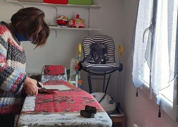 """Atelier """"coupe"""" pour Faby sur sa planche à repasser."""