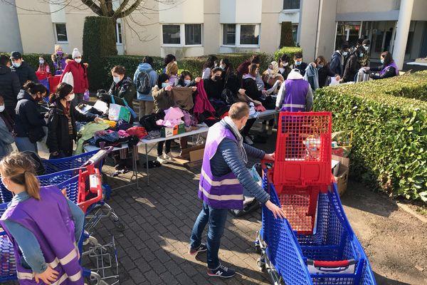 Une cinquantaine d'étudiants a pu bénéficier de cette distribution gratuite de vêtements, de produits d'hygiène et alimentaires.