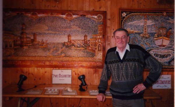 Youen Durand, devant son premier tableau, lors d'une exposition à Plobannelec-Lesconil, dans les années 90
