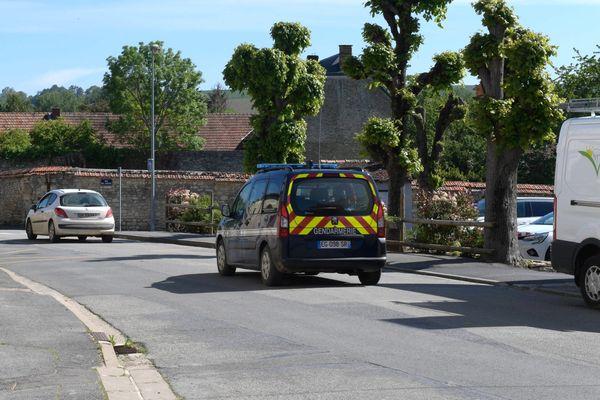Un véhicule de la gendarmerie à Courville, dans la Marne, où a été retrouvé le corps du jeune homme.