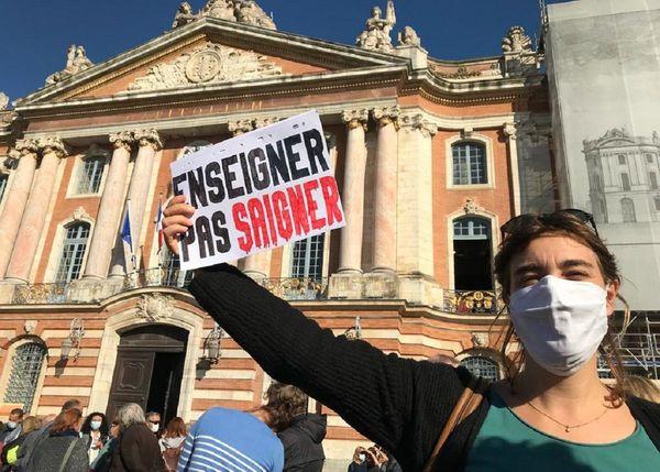 Beaucoup de participants ont brandi des pancartes improvisées pour exprimer leur soutien à l'enseignant assassiné.