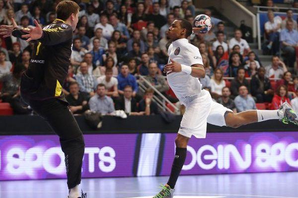 Le Parisien Jeffrey M'tima face au gardien Nantais lors de la finale de la Coupe de France remportée par le PSG Handball (32-26).