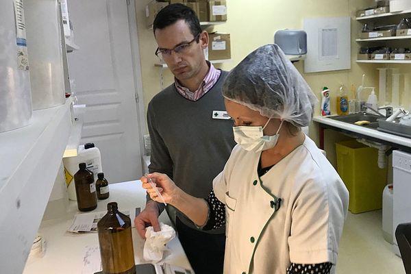 Une pharmacie du centre-ville de Caen fabrique du gel hydroalcoolique pour répondre à la demande, même si elle n'en a pas l'autorisation
