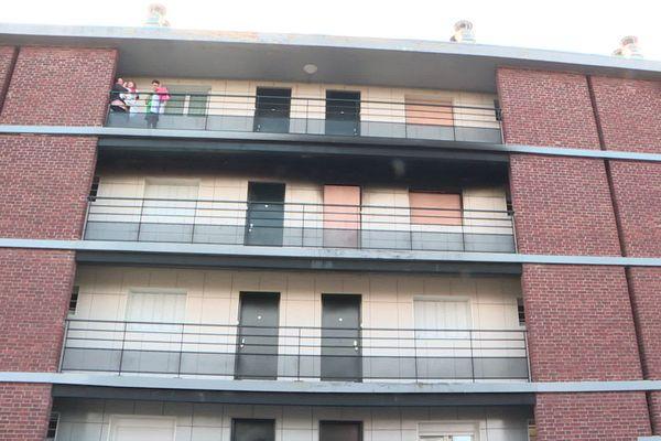 L'incendie s'est déclaré au 2e étage de l'immeuble situé au n°1 de la rue Philéas-Lebesgue à Amiens peu après 14 heures.
