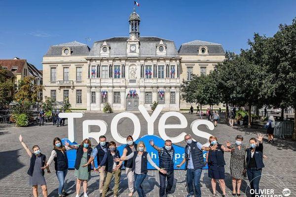 La ville de Troyes vient d'installer ces lettres géantes devant l'Hôtel de ville.