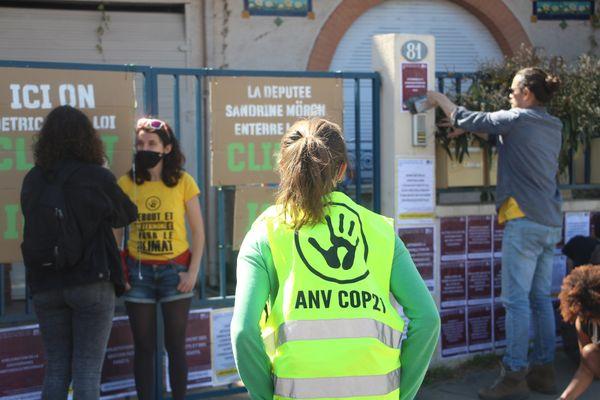 Des militants d'ANV-COP21 devant la permanence de la députée (LREM) Sandrine Mörch