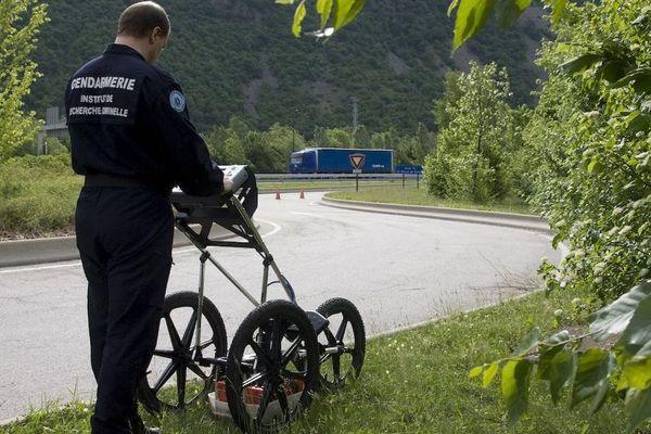 Lors de l'enquête sur la disparition de Cécile VALIN, l'Institut de Recherche Criminelle de la Gendarmerie Nationale (IRCGN) utilisant pour la première fois un géoradar pour sonder une portion de l'A43