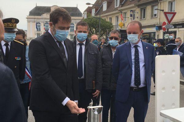 16 mai 2020 - Christophe Castaner devant un distributeur de gel hydroalcoolique à l'entrée du marché d'Yvetot (Seine-Maritime)