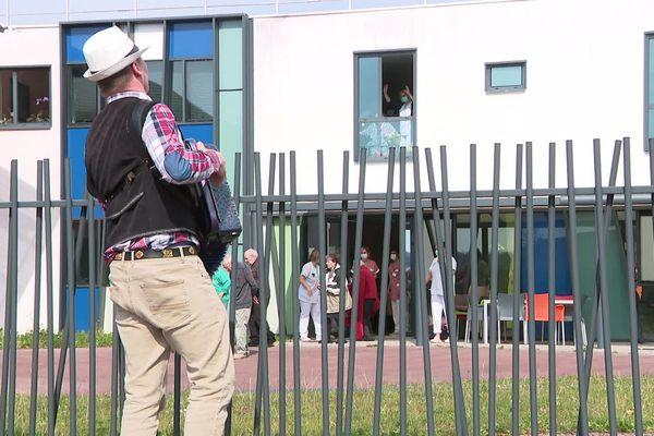 L'accordéoniste Dany Moureaux venu soutenir les résidents et soignants de l'Ehpad d'Audincourt dans le Doubs.