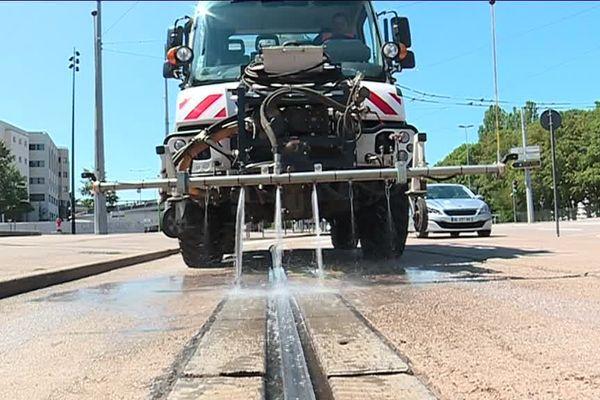 il faut 40 M3 d'eau par jour pour refroidir le rail de guidage du tram de Nancy;