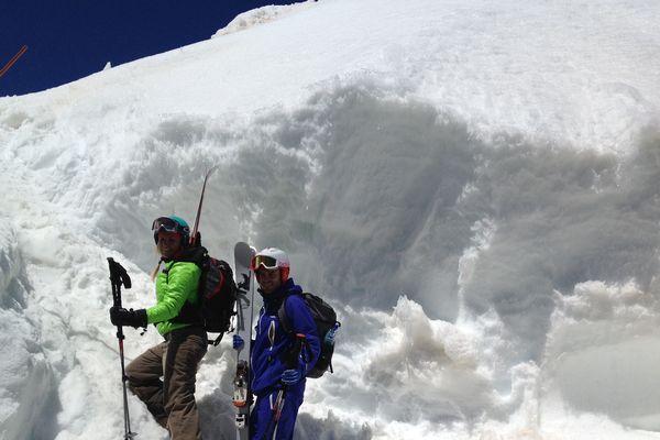 Un mur de neige pour accéder au départ du Pic