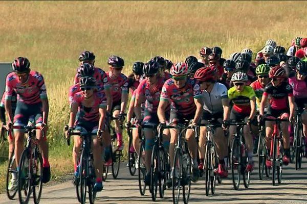 Les 13 participantes sont accompagnées, à chaque étape, par des cyclistes locales.