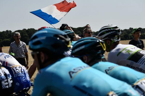 Des coureurs cyclistes passant dans la région d'Amiens lors du Tour de France 2018.