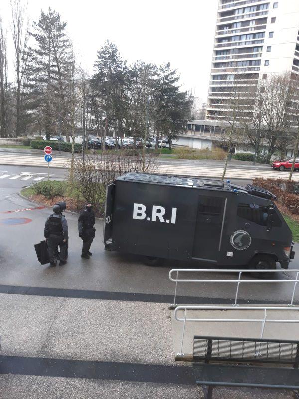 La brigade de recherche et d'intervention de la police présente à Besançon après une fusillade mortelle.