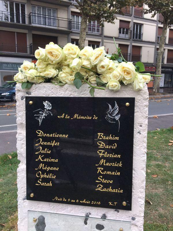 La stèle pour les 14 jeunes victimes à Rouen avenue Jacques Cartier
