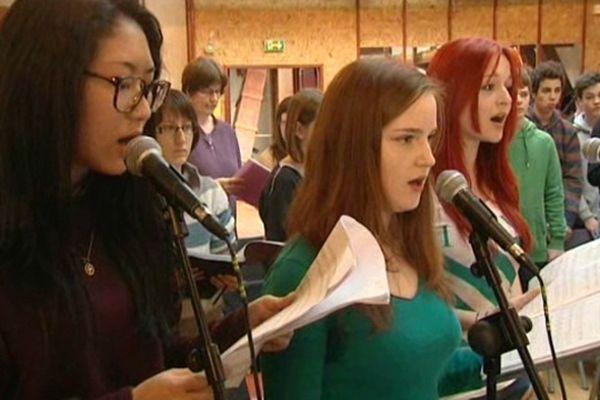 La Chorale des lycéens, étudiants et enseignants du lycée Champollion.