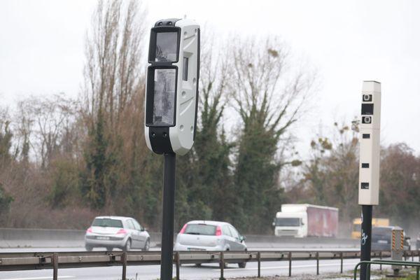 Au premier plan, un radar tourelle. Plusieurs ont déjà été installés sur les routes de l'Aisne, l'Oise et la Somme.