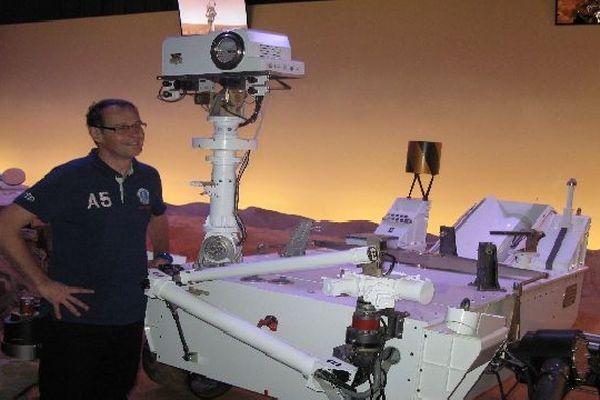 Sylvestre Maurice sur le sol reconstitué de Mars à la Cité de l'Espace