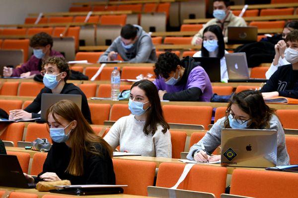 Les rares cours en présentiel à l'université accentuent le sentiment d'isolement des étudiants.