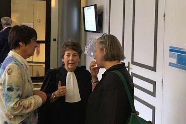 Corinne Lepage, avocate de la maire Paulette Deschamps (à gauche).