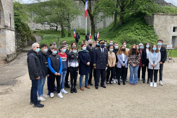 Les lycéens de Besançon participent à la cérémonie d'hommage en cette journée nationale de la Résistance.