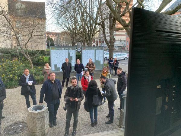 L'écran est installé pour suivre les résultats à l'extérieur de l'hôtel de ville à Mulhouse. Pas question de regroupement à l'intérieur du fait de la pandémie au Coronavirus.