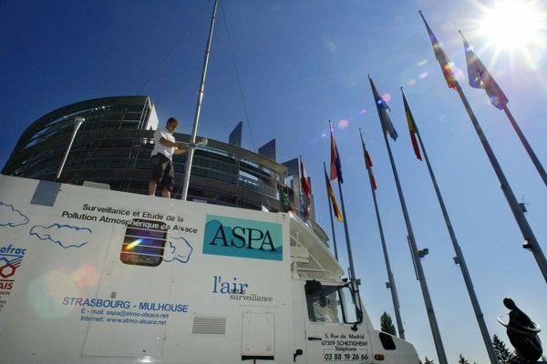 Un technicien de l'ASPA effectue des relevés devant le Parlement Européen (2003)