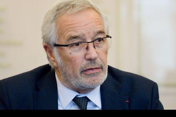 """François Rebsamen, lors de la conférence de presse sur les violences commises lors des manifestations de """"gilets jaunes""""."""