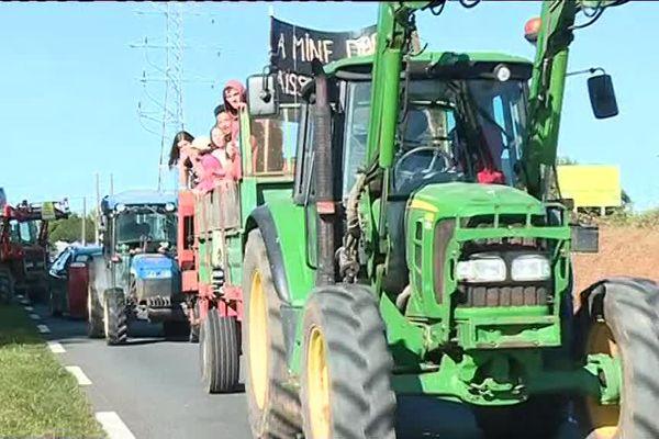 Des tracteurs, des vélos et des voitures dans le cortège