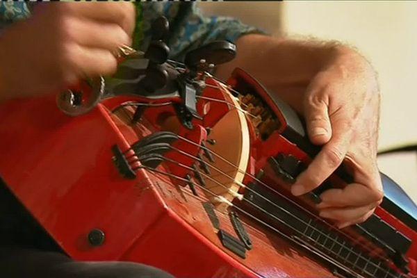 La vielle est un instrument à cordes, frottées par une roue en bois au lieu d'un archet.