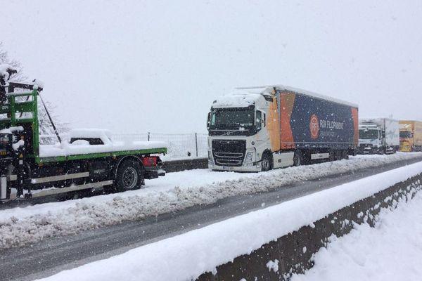 Sur la RN 88, à hauteur de Blavozy, dans le sens Le Puy EN Velay /Saint Etienne, les poids lourds ont été contraints de s'arrêter au bord de la chaussée. La N 88 et la N102 sont interdites toute la journée au plus de 7 tonnes 5.