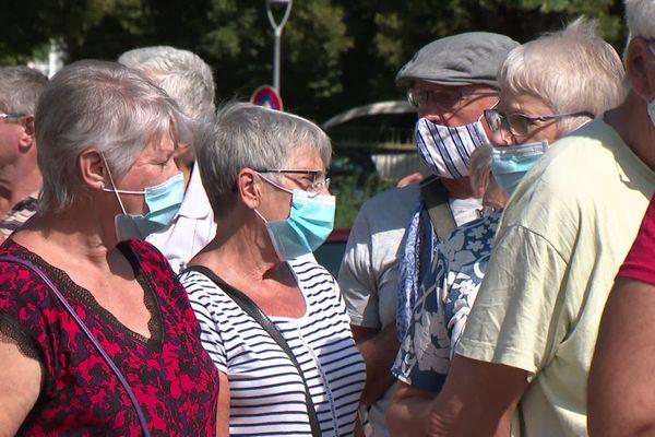 Le port du masque, rendu obligatoire désormais dans de nombreuses communes.