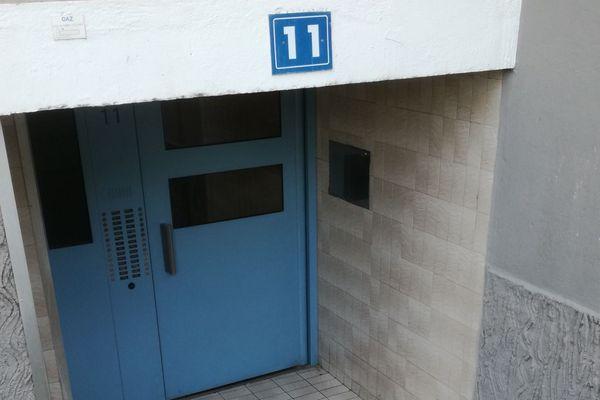 depuis 4 jours les habitants de ce bâtiment de la cité du Castellas sont sans éléctricité