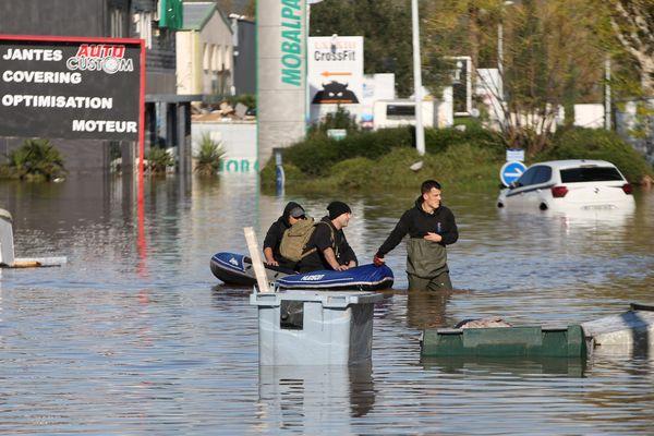 Inondations dans la zone industrielle de La Palud à Fréjus (Var), pour la seconde fois en une semaine : on évacue en barque.
