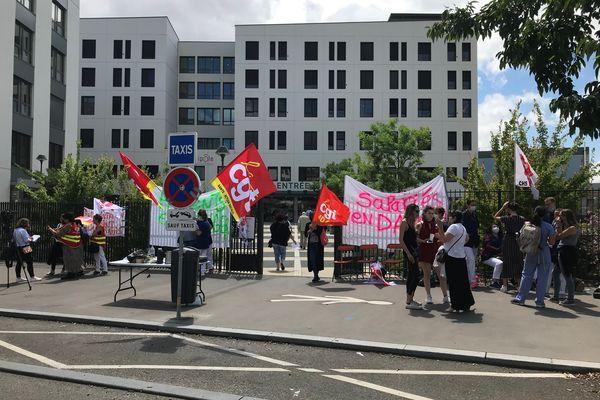 Le personnel du Médipôle de Lyon-Villeurbanne dans le Rhône est en grève pour réclamer un meilleur taux de salaire/horaire.