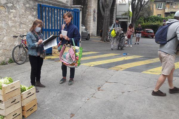 Distribution de paniers : les adhérents gardent les distances de sécurité
