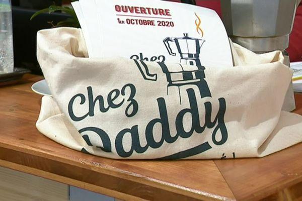 Plus qu'un café, une seconde famille... Chez Daddy a ouvert ses portes dans le quartier de la Croix-Rousse à Lyon. Objectif : recréer du lien entre générations.