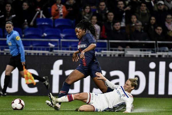 La Parisienne Kadidiatou Diani résistant au tacle de la Lyonnaise Jessica Fischlock, lors du match de D1 OL-PSG, le 13 avril 2019.