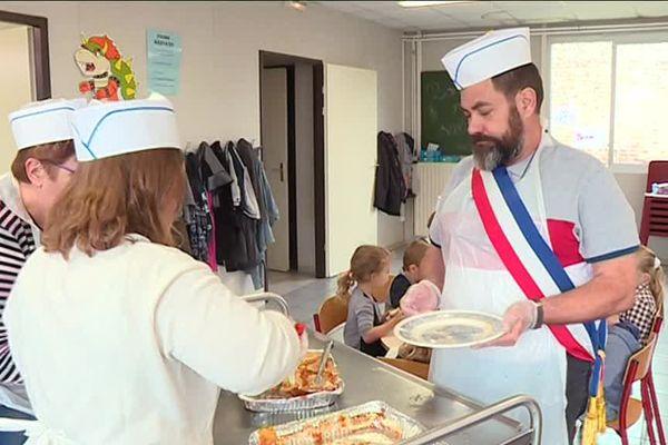 Lundi 4 septembre, à Doignies, le maire Pascal Mompach est venu servir à la cantine scolaire pour protester contre la diminution des contrats aidés.