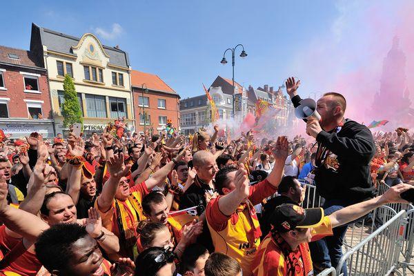 Des milliers de supporters lensois réunis devant l'hôtel de ville de Lens, le 17 mai 2014, pour fêter la montée en Ligue 1 avec les joueurs.
