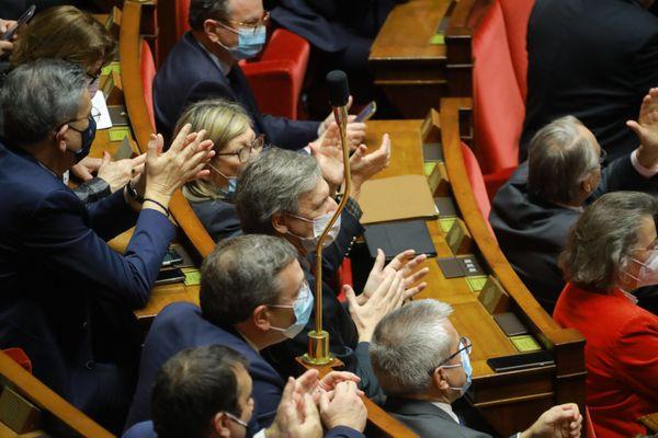 Les députés LREM saluent le vote du projet de loi le 16 février 2021.