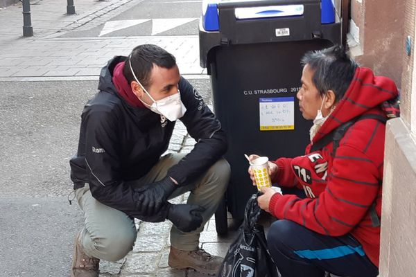 Un bénévole de Caritas Alsace et un bénéficiaire après la distribution du petit-déjeuner en avril 2020.