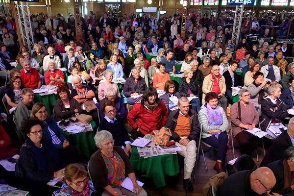 Festival Étonnants Voyageurs 2019 : Le public du café littéraire dans le Magic Mirror. 08/06/2019 à Saint-Malo