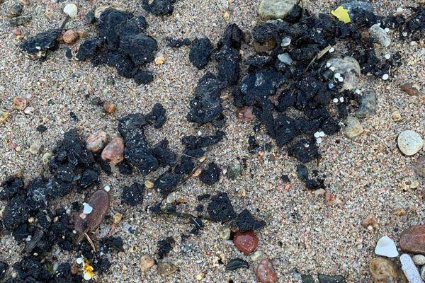 Dimanche 13 juin 2021, Solenzara (Haute-Corse) : des boulettes de 3 à 4 centimètres sont apparues sur le sable.