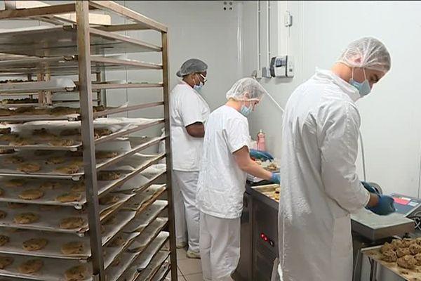 Dans cet atelier de production artisanale de biscuits, la majorité des salariés est associée.